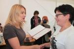 Nagrodę dla Koła Gospodyń Wiejskich z Janowic wręczyła sekretarz Anna Augustyniak (fot. Tomasz Makowski/UMWL)