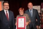 Feliksa Gorzkowska odebrała dyplom z rąk wicemarszałka Grzegorza Kapusty i dyrektora Sławomira Struskiego