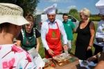 Wicemarszałek województwa Grzegorz Kapusta częstuje grillowanymi rybami