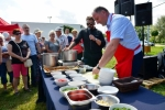 Podczas pokazu specjalnego: mistrz kuchni Michał Molęda (z mikrofonem) i wicemarszałek Kapusta przyrządzają zupę rybną