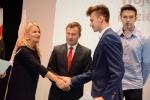 Sekretarz Urzędu Marszałkowskiego Anna Augustyniak gratuluje sportowcom