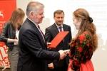 Marszałek Sławomir Sosnowski oraz wicemarszałek Krzysztof Grabczuk wręczają stypendia studentom.