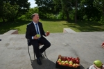 Wicemarszałek Grzegorz Kapusta prezentuje józefowskie jabłka
