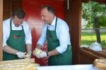Wicemarszałek Grzegorz Kapusta przygotowuje regionalną potrawę