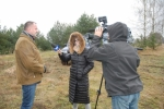 Wicemarszałek Kapusta opowiada dziennikarzom z TVP3 o programie odbudowy populacji zwierzyny drobnej