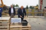 Członek zarządu Arkadiusz Bratkowski podczas wmurowania kamienia węgielnego
