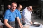 Wicemarszałek i burmistrz Bychawy gotowali krupnik lubelski pod okiem Giena Mientkiewicza (fot. Tomasz Makowski/UMWL)