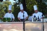 Marszałek Województwa Podlaskiego Jerzy Leszczyński przygotowuje wspólnie z kucharzami pyszną podlaską jagnięcinę