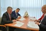 Podpisanie umów przez marszałka województwa lubelskiego Sławomira Sosnowskiego oraz prezydenta miasta Zamość Andrzeja Wnuka