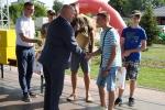 Marszałek województwa Jarosław Stawiarski ufundował i wręczał zestawy upominków oraz puchary dla zwycięzców zawodów wędkarskich