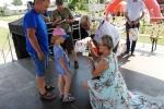 Najmłodszym uczestnikom zawodów puchary i nagrody od marszałka województwa wręczała radna Anna Baluch