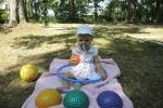 Dziecko bawi się piłkami