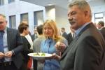 Sekretarz województwa Anna Augustyniak częstuje przybyłych gości