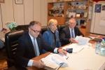 Podpisanie umowy przez wicemarszałka Grzegorza Kapustę w Kłoczewie