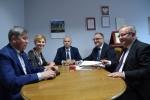 Podpisanie umowy przez wicremarszałka Grzegorza Kapustę w Rykach
