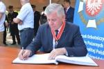 Marszałek Sławomir Sosnowski wpisuje się go pamiątkowej księgi