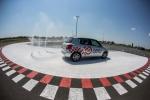 Samochód na płycie poślizgowej lubelskiego Ośrodka Doskonalenia Techniki Jazdy