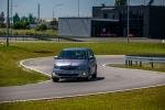 Samochód na torze lubelskiego Ośrodka Doskonalenia Techniki Jazdy