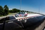 Samochód na płycie poślizgowej Ośrodka Doskonalenia Techniki Jazdy w Lublinie