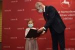 Czlonek Zarządo Sebastian Trojak wrecza dyplom za III miejsce Aleksadrze Bojarskiej
