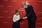 Dyplom za pierwsze miejsce Martynie Piszczek wręcza czlonek zarządu Sebastian Trojak