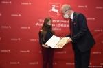 Dyplom za zajęcie III miejsca dla Małgorzaty Uniłowskiej wręcza czlonek zarządu Sebastian Trojak