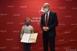 Dyplom za drugie miejsce dla Zofii Czaus wręcza członek zarządu Sebastian Trojak