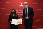 Dyplom za pierwsze miejsce dla Aleksandry Jagiełło wręcza członek zarządu Sebastian Trojak