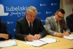 Marszałek Sławomir Sosnowski podpisuje umowę