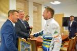 Marszałek Sławomir Sosnowski i wicemarszałek Krzysztof Grabczuk odbierają podziękowania