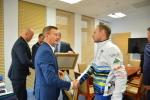 Wicemarszałek Krzysztof Grabczuk gratuluje sukcesu sportowcom
