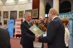 Marszałek Sławomir Sosnowski odbiera nagrodę