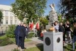 Marszałek Sławomir Sosnowski składa kwiaty pod pomnikiem