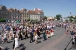 Uczestnicy uroczystości tańczą poloneza