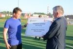 Marszałek Sławomir Sosnowski wręcza nagrodę drużynie KIKS Biała Podlaska