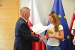 Marszałek Sławomir Sosnowski wręcza dyplom